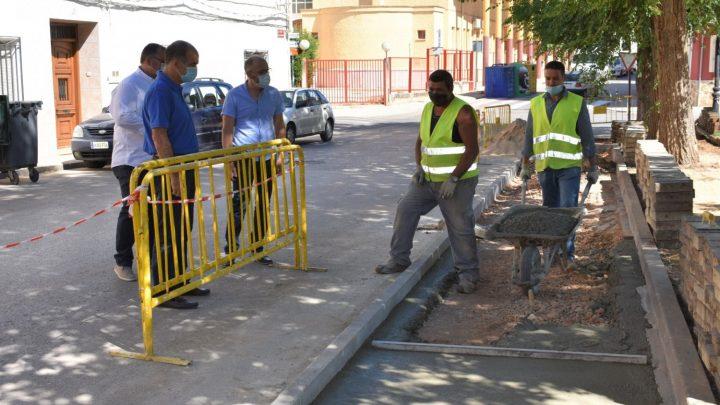 """El Ayuntamiento de Villarrobledo realiza obras en el parque de El Terrero que incluyen ampliación de acerado y un """"pipicán""""."""