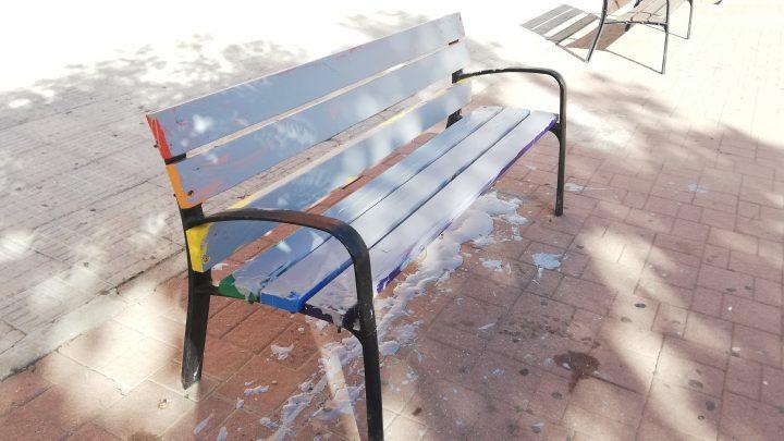 Villarrobledo sufre en los últimos días varios ataques homófobos contra elementos decorados con la bandera LGTBI.