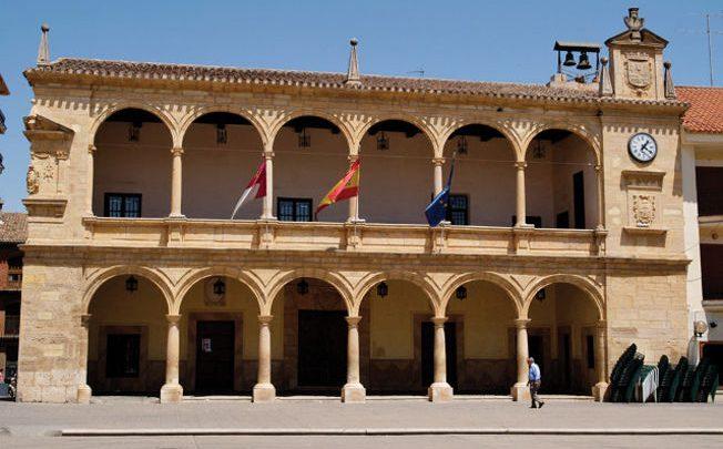 El pleno del Ayuntamiento de Villarrobledo aprueba por unanimidad la adjudicación de las obras de acondicionamiento de caminos rurales.