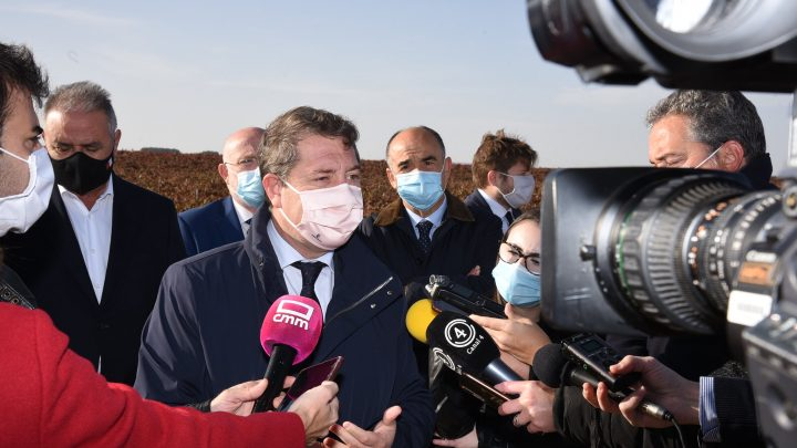 El presidente de Castilla-La Mancha anuncia la finalización del refuerzo de la carretera que une Villarrobledo y Munera, el próximo año