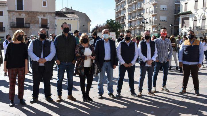 La Asociación de Empresarios de Hostelería y Turismo de Albacete llevan a cabo una concentración en Villarrobledo para mostrar a las administraciones y ciudadanía las dificultades graves que el sector está atravesando