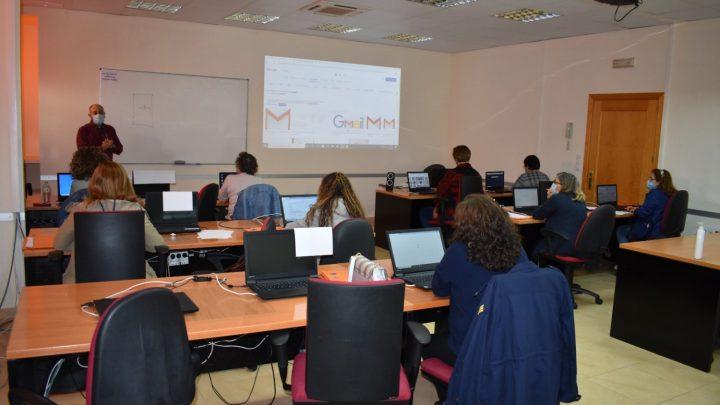 La Agencia de Desarrollo de Villarrobledo imparte cursos sobre el uso de internet para mayores de 55 años.