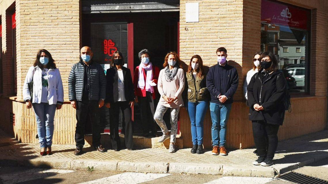 Valentín Bueno visita la Tienda con Corazón de Cáritas que reabre sus puertas con todas las garantías sanitarias.