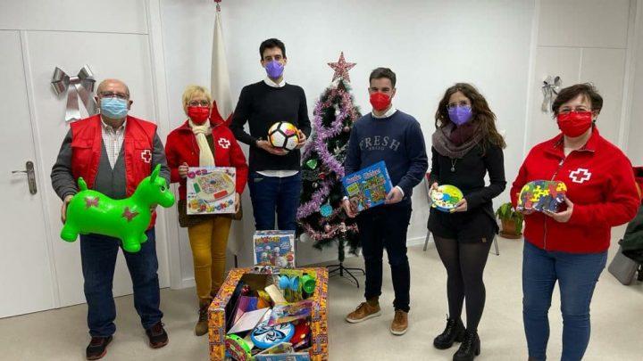 Los concejales de SPV donan a Cruz Roja un lote de juguetes para los niños y niñas de Villarrobledo.