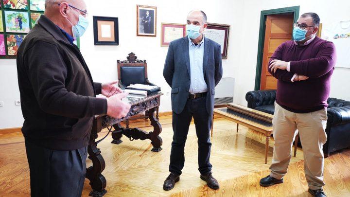 El Alcalde de Villarrobledo reconoce la labor de Bernardo Coronado al frente de Protección Civil tras casi 3 décadas de servicio.
