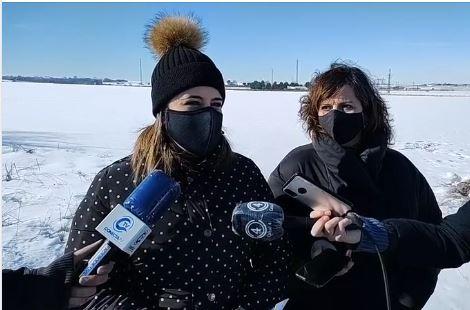Esta mañana la portavoz socialista en el  Ayuntamiento de Villarrobledo, Caridad Ballesteros y la concejala, Graciela Arenas se desplazaban a un camino de la localidad para denunciar el problema de la nieve en estas vías.