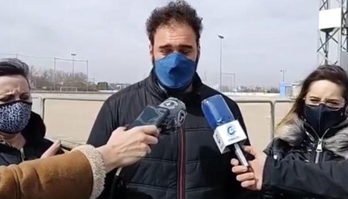 El concejal del Grupo Municipal Socialista, David Fernández, ha ofrecido una rueda de prensa para denunciar la dejadez y el abandono de algunas instalaciones municipales.