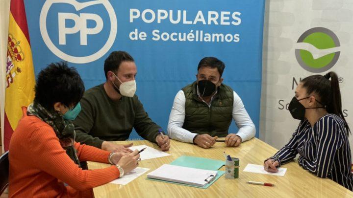 El PP de Socuéllamos se reúne con el presidente de los regantes del alto Guadiana para preocuparse por los recortes y sanciones al sector.