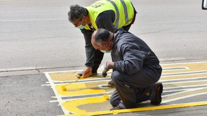 El Ayuntamiento de Villarrobledo realiza labores de mejora de la seguridad vial con el repintado de pasos de peatones y señalización horizontal en la ciudad.