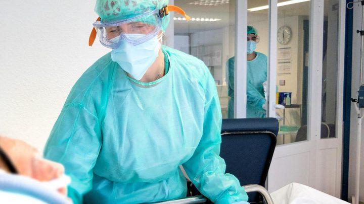 En las últimas 24 horas se han registrado 498 casos por infección de coronavirus. Por provincias, Toledo ha registrado 169 casos, Albacete 98, Guadalajara 82, Ciudad Real 80 y Cuenca 69.