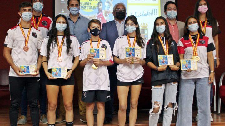 La Corporación Municipal y la Diputación Provincial homenajean a los medallistas pedroteños del Campeonato de España de Balonmano Playa