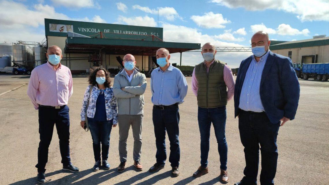 El Alcalde muestra su apoyo a la Cooperativa local y a los agricultores inmersos en plena campaña de vendimia.